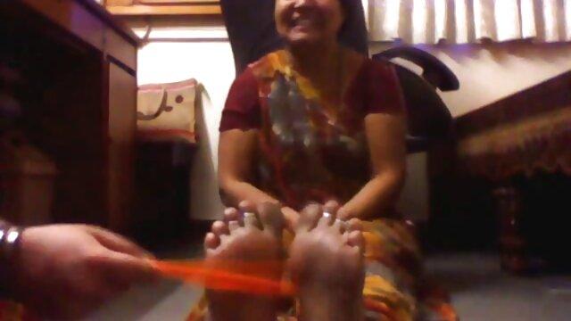 गिटार सबक विदेशी किशोरों के लिए एक भावुक गधा बीपी फिल्म देसी बकवास में बदल जाता है