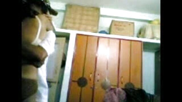 युवा लड़के बीपी देसी फिल्म अपने पैर की उंगलियों और पैर बहुत बड़े आदमी द्वारा पाला है
